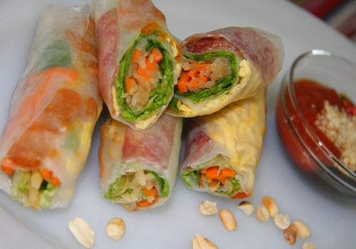 Bò bíaĐây là món quà vặt dễ ăn, dễ tìm, giá thành phải chăng được người Việt ưa chuộng. Bò bía là từ mượn của tiếng Hoa vùng Phúc Kiến. Tại Sài Gòn, bò bía mặn phổ biến hơn loại ngọt. Trong đó gồm các thành phần như lạp xưởng, trứng tráng, cà rốt, rau xà lách, củ sắn (miền Bắc gọi là củ đậu) hoặc su hào, tôm khô, rau thơm... Tất cả được xắt nhỏ và cuộn trong tấm bánh tráng làm từ bột mì. Tương ớt xí muội có vị chua ngọt, trộn với đậu phộng rang giã nhỏ phi bằng dầu ăn với hành khô là sốt chấm được yêu thích. Một cuốn bò bía có giá chỉ khoảng 1.000 - 5.000 đồng.Địa chỉ gợi ý: hàng bò bía khu cư xá Lữ Gia (quận 11), bò bía Nguyễn Văn Giai (quận 1), bò bía chợ Tân Định (quận 1), bò bía Sương Nguyệt Ánh (quận 1), bò bía Trần Bình Trọng (quận 5).
