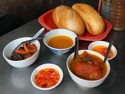 Phá lấuMón ănđược người Hoa du nhập vào thành phốtừ trăm năm nay, mang đặc trưng bởi nước dùng màu nâu sóng sánh mang vị ngọt của thịt, vị béo ngậy của nước cốt dừa, vị cay nồng của quế và ngũ vị hương. Ở Sài Gòn, người dân biến tấu ra nhiều phiên bản phá lấu từ nội tạng bò, heo, dê; ăn cùng bánh mì, mì gói, phá lấu xiên, phá lấu nướng.Gia vị ăn kèm thông thường là mắm me pha ớt tạo vị chua cay càng ngon. Chỉ từ 15.000 đồng, thực khách có thể dùng một phần phá lấu nóng cho bữa ăn nhẹ.Địa chỉ gợi ý: nổi tiếng bậc nhất thành phố là các quán phá lấu trong chợ 200 (quận 4), hẻm ăn vặt 76 Hai Bà Trưng (quận 1), chợ Bàn Cờ (quận 3), hẻm 177 Lý Tự Trọng (quận 1). Ảnh: Tâm Linh.