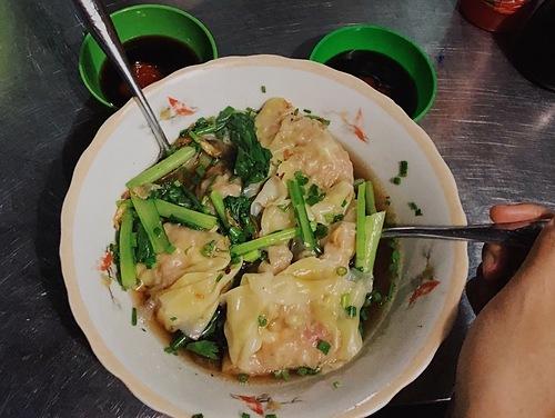 Sủi cảoĐây là một món ăn thường có mặt trong dịp lễ tết ở Trung Quốc được người Hoa mang vào Việt Nam. Nguyên liệu để làm nhânsủi cảo gồm thịt nghiền vàrau. Sau đó nhân đượcgói trong lớp vỏ bột cán mỏng màu vàng nhạt, nắn thuôn dài và gấp nếp trên viền bánh. Món sủi cảo thường chế biến theo kiểu hấp hoặc luộc và được phục vụ trong nước dùng nóng hổi, trong vắt, có vị ngọt thanh từ xương thịt. Món ăn sẽ ngon hơn khi kèmcác gia vị như giấm đỏ, nước tương, ớt tươi. Để ăn nhẹ, thực khách nên gọi một bát sủi cảo 5 - 7 bánh đầy đặn nhân với giá khoảng 30.000 đồng.Địa chỉ gợi ý: sủi cảo ngon ở Sài Gòn có tại dọc con đường Hà Tôn Quyền (quận 11), đường Nguyễn Trãi (quận 5) hoặc trong các tiệm bán cùng hủ tiếu mì. Ảnh: Tâm Linh.