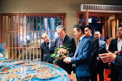 Cựu Thủ tướng Nhật bất ngờ về nhà hàng trùng tên mình - ảnh 3