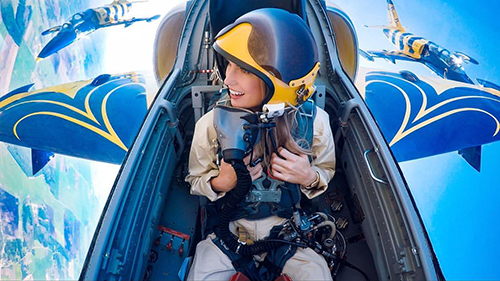 Maria luôn có mơ ước ngồi trên máy bay chiến đấu. Tại từng điểm du lịch, cô thường trải nghiệm ngắm cảnh từ trực thăng. Ảnh: Maria Fagerström.
