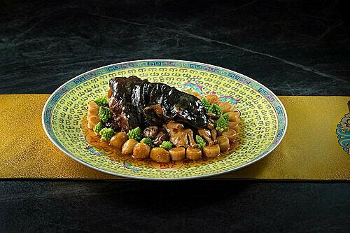 Món chân rùa biển om với chim cút, conpoy và trứng bồ câu Pháp ở nhà hàng Fook Lam Moon. Ảnh:Courtesy ofGalaxy Macau