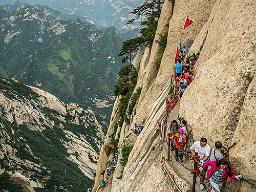 Núi Hoa Sơn là danh thắng tại tỉnh Thiểm Tây, nổi tiếng với những bậc thang dốc dứng và cung leo núi trên ván gỗ. Ảnh:TopChinaTravel.