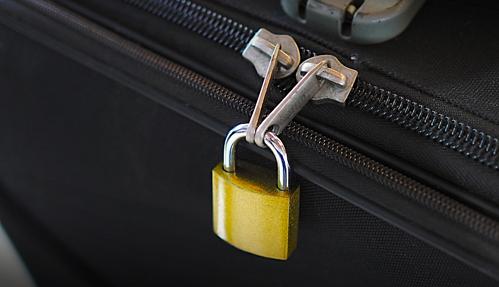 Những chiếc vali dùng khóa móc thường dễ gây chú ý với kẻ trộm. Ảnh: Air fare watch dog.