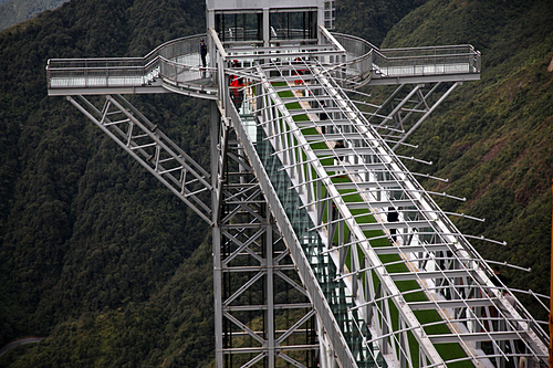 Cầu kính nhô ra khỏivách núi 60 m có các hành lang nhỏ ở hai bên để khách tham quan, chụp ảnh. Ảnh: Khắc Kiên.