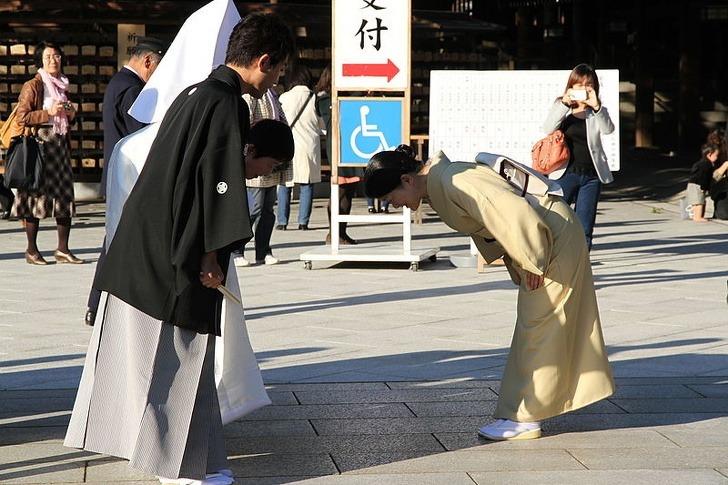 Cúi gập người là cách chào hỏi xã giao ở Nhật. Ảnh: Brightside.