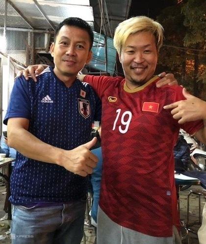 Hori (phải)đổi áo đồng phục của đội tuyển quốc gia với một người hâm mộ Việt Nam.CĐV Nhật này từng tới TP HCM hồi tháng 5 để xem một trận đấu của Becamex Bình Dương, và gặp cầu thủ Wander Luiz. Hành trình của anh thường được cập nhật trên fanpage @Osakaboy_hori. Ảnh: NVCC.