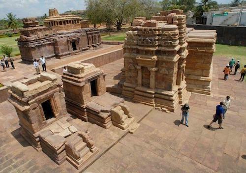 Badami, còn được gọi là Vatapi, nổi tiếng với những ngôi đền đá cổ được chạm khắc tinh xảo. Các ngôi đền và di tích lịch sử khác của thị trấn cổ này thu hút rất nhiều khách du lịch từ khắp nơi trên thế giới. Ảnh:BCCL.