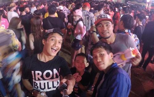 Kaisorne Tae (trái) đang làm việc cho một đội bóng tại Thái Lan. Ảnh:NVCC.