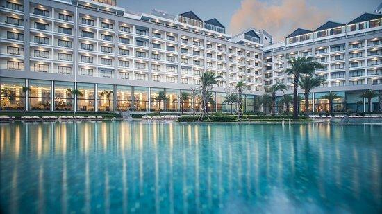 Corona Resort & Casino là một trong những nơi lưu trú ở phân khúc cao cấp với hệ thống hơn 1.500 phòng và hệ thống biệt thự, villa ven biển