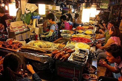 Những món ăn được bán ở khu chơ Gwangjang. Ảnh: Tongeron91/Flickr.