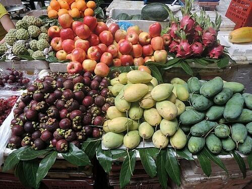 Hoa quả tươi được bày bán ở các khu chợ địa phương. Ảnh: Bombman/Flickr.