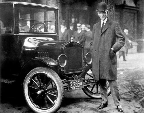 Henry Ford đứng cạnh mẫu Model-T. Ảnh: Hemmings Motor News.