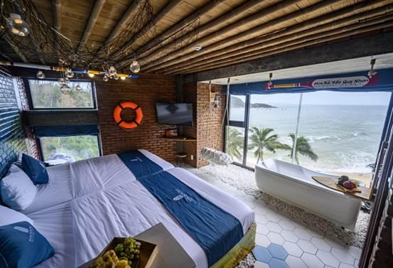 Khu lưu trú có 20 phòng nghỉ nhìn ra biển, phù hợp với khách du lịch có nhu cầu nghỉ dưỡng, ngắm cảnh biển. Mira Bãi Xếp Quy Nhơn thiết kế phòng theo nhiều phong cách khác nhau như: Style Studio (double) nhìn ra đại dương, Style Việt Nam (Family) nhìn ra dại dương, Style Hội An nhìn ra biển, Style Việt Nam dorm nhìn ra đại dương.