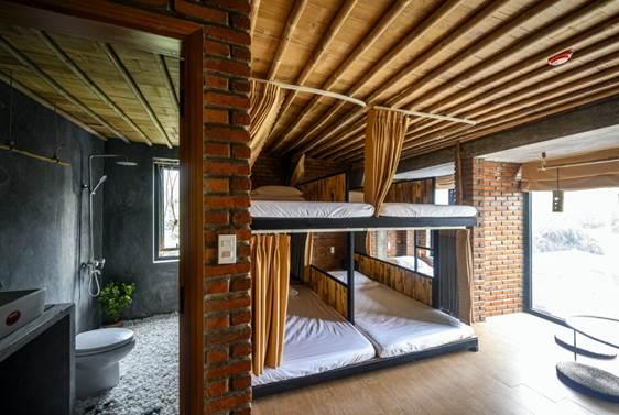 Khách du lịch đi theo nhóm đông người có thể chọn phòng dorm với 4 giường ngủ, không gian sinh hoạt, thư giãn rộng rãi ngay bên cạnh.