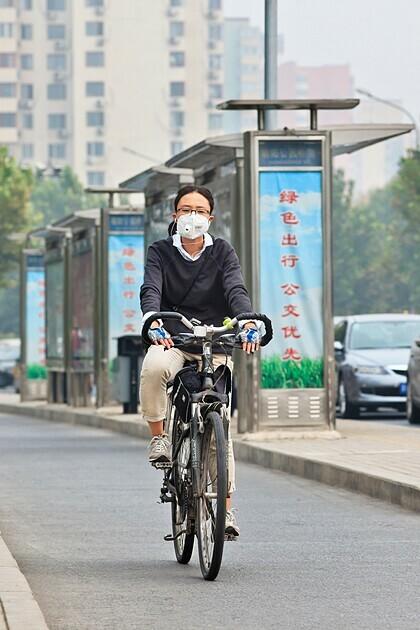 Một người dân đeo khẩu trang khi đạp xe. Ảnh: Tony Vingerhoets/Alamy.