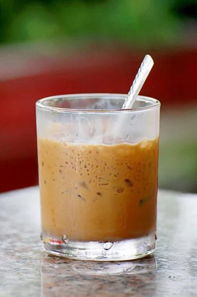 Nhiều người Việt có thói quen uống cà phê mỗi ngày. Ảnh: Shutterstock.