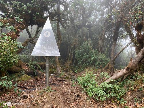 Mốc ghi nhận đỉnh Pờ Ma Lung cao 2.967 m.