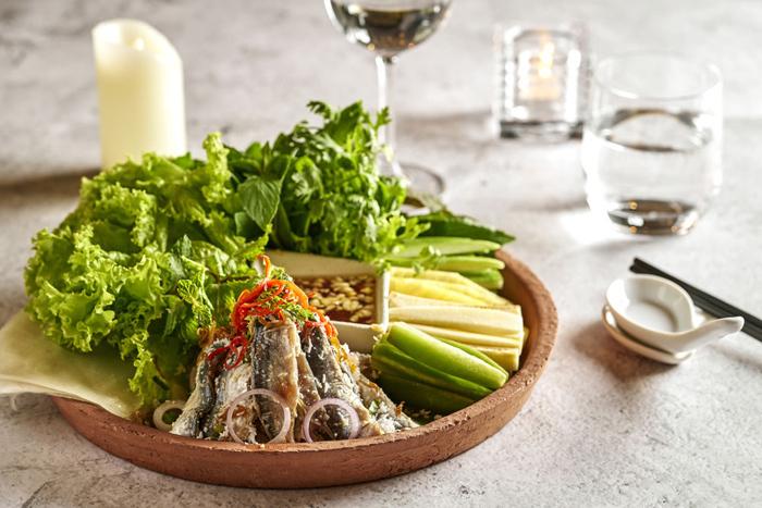 Sora & Umi: Nhà hàng phục vụ ẩm thực Việt và Nhật nằm tại tầng 2 của khu nghỉ dưỡng có tầm nhìn hướng vườn và 2 hồ bơi vô cực dẫn thẳng ra biển. Ngoài bữa sáng buffet với vô vàn sự lựa chọn hấp dẫn, Sora & Umi còn là nơi phục vụ tất cả các bữa ăn trong ngày. Thực đơn All Day Dining phong phú, hài hòa giữa đặc sản các vùng miền của Việt Nam và những món ngon Nhật Bản. Các món ăn địa phương cũng được nâng tầm, trở thành mỹ vị không chỉ vì ngon mà còn vì đẹp.Gỏi cá trích cuốn bánh tráng, gà đồi Phú Quốc nướng với cơm lam hay gỏi bưởi khô bò là những món ngon phải thử khi đến Sora & Umi. Nước chấm và các loại sốt dùng kèm thật sự là tinh thần của món ăn khi được pha chế rất vừa miệng, đủ độ mặn, đủ vị chua, một chút cay cay thơm thơm của tiêu tạo cảm giác tê tê nơi đầu lưỡi nhưng lại đánh thức vị giác thật mạnh mẽ.  - PhuQuoc-10-9124-1575003291 - Ẩm thực 5 sao ở Phú Quốc