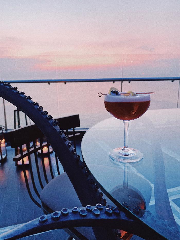 Được làm hoàn toàn thủ công từ các loại rượu và nguyên liệu tốt nhất ở khắp nơi trên thế giới cũng như ở Phú Quốc, các loại cocktail tại INK 360 dẫn dắt du khách vào một hành trình đáng nhớ của màu sắc, hương vị, nơi các giác quan như được đánh thức và từng câu chuyện như được mở ra. Một vài loại cocktail đặc trưng phải kể đến là món Uncle Ho Penicillin với mùi hương gợi nhớ về quá khứ, bao gồm rượu whisky Scotch, nước cốt chanh, mật ong Phú Quốc, xirô gừng, Lapsang Souchong và bạch đậu khấu đen. Được chế biến từ rượu London Dry Gin, vang sủi tăm, bụi dâu tây và nghệ, món Three Way Mirror được thiết kế để thưởng thức theo ba cách với các hương vị đi kèm cũng khác nhau. Còn ly Coral Mule nhẹ nhàng sẽ là thức uống khai vị hoàn hảo nhờ sự pha trộn tuyệt vời của Triple Sec, Aperol, Luxardo Fernet Branca, bia gừng và chanh tắc.  - PhuQuoc-2-4048-1575003293 - Ẩm thực 5 sao ở Phú Quốc