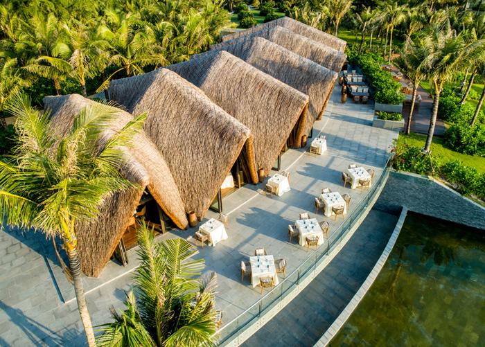 LAVA Nổi bật trên màu xanh tươi của cây cỏ là những mái vòm nhấp nhô bằng tre của nhà hàng LAVA. Cũng nằm tên bờ cát trắng của Bãi Trường và không xa Sea Shack là mấy, LAVA là điểm đến không thể bỏ qua của những tín đồ ẩm thực. Điều làm nên một LAVA đặc sắc không chỉ là thiết kế từ tre ấn tượng của kiến trúc sư Võ Trọng Nghĩa hay quầy bar làm từ san hô hóa thạch màu xanh biển nổi bật trên tổng thể tông màu trầm ấm áp của nhà hàng mà là thực đơn độc nhất vô nhị được thiết kế đầy tâm huyết.  - PhuQuoc-3-6093-1575003292 - Ẩm thực 5 sao ở Phú Quốc