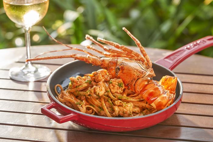 Sẽ thật đáng tiếc nếu bỏ qua những món mỳ Ý với topping hấp dẫn như nhum biển, tôm hùm, bạch tuộc sữa hay ghẹ hoa. Điểm đặc biệt của những dĩa mỳ vàng ươm này là từng sợi mỳ được làm thủ công bằng tay với tất cả sự nâng niu và tỉ mỉ.  - PhuQuoc-8-2055-1575003291 - Ẩm thực 5 sao ở Phú Quốc