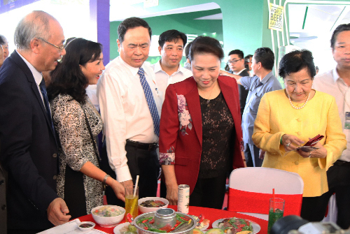 Chủ tịch Quốc hội Nguyễn Thị Kim Ngân tham quan các gian hàng tại hội chợ. Ảnh: Thuý Hà.