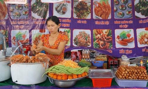 Một gian hàng ẩm thực tại hội chợ.