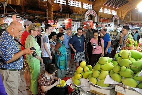 Khách quốc tế tham quan và mua sắm tại chợ Bến Thành.Ảnh:Hoàng Nam.