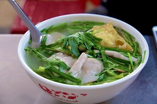 7h: Mỳvằn thắnCó nguồn gốc từ Quảng Đông, Trung Quốc, mỳ vằn thắn là món ăn được bán phổ biến ở thủ đô Hà Nội. Mỳ thường được chọn làm bữa sáng bởi dễ ăn, nhiều chất dinh dưỡng và no lâu. Một bát đầy đủ thường gồm có cốt làm từ bột mì và trứng, thịt lợn xá xíu, há cảo nhân thịt chiên, sủi cảo, gan,một nửa quả trứng gà luộc, rau cải, hành và hẹ. Ở một số quán còn có thêm tôm nõn hoặc sủi cảo nhân hải sản. Nước dùng của mỳ thường được ninh từ xương gà, xương lợn, củ cải trắng, tôm khô nên có vị ngọt thanh tự nhiên. Ngoài ra, thực khách còn có thể lựa chọn mỳ vằn thắn trộn với nước sốt chua ngọt để đổi vị.Món ăn này thường được bán với giá 30.000 - 50.000 đồng một bát. Một số địa chỉ bán mỳ vằn thắn buổi sáng là số 125 Mai Hắc Đế, quán mỳ Đinh Liệt, mỳ và hủ tiếu Duy Anh tại số 98 Trần Hưng Đạo. Ảnh: Lan Hương.