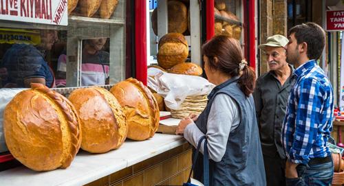 Việc tặng ekmek (bánh mì) có tầm quan trọng đặc biệt ở Thổ Nhĩ Kỳ vì trong tín ngưỡng Hồi giáo, bánh mì duy trì và bảo vệ sự sống, do đó rất thiêng liêng. Ảnh: Turkey/Alamy.