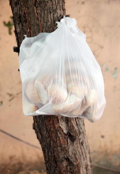 Những chiếc bánh mì treo là một hình ảnh đẹp, thể hiện tính nhân văn của người dân Thổ Nhĩ Kỳ. Ảnh: EggImages/Alamy.