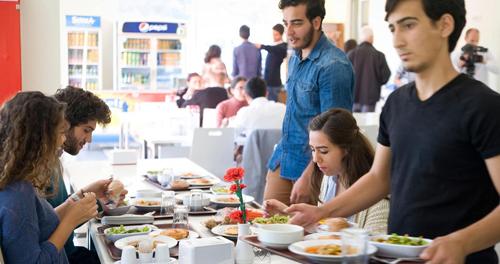 Từ tặng bánh mì, khái niệm Askıda ekmek được mở rộng hơn thành tặng các bữa ăn miễn phí, vé hòa nhạc, xem phim, sách, báo... Ảnh: Claudia Wiens/Alamy.