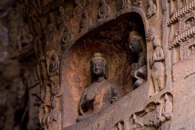 Hang động khắc 51.000 tượng Phật