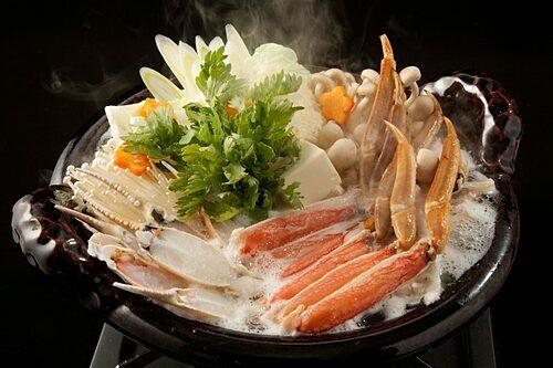 Ngoài sashimi, người Nhật còn thưởng thức cua tuyết sushi, luộc, hấp, nướng trên than đá hoặc ăn lẩu. Thịt cua tuyết dai, chắc, chứa nhiều canxi và những khoáng chất tốt cho sức khỏe mọi người, đặc biệt là trẻ em. Ảnh: Travelhyogo.