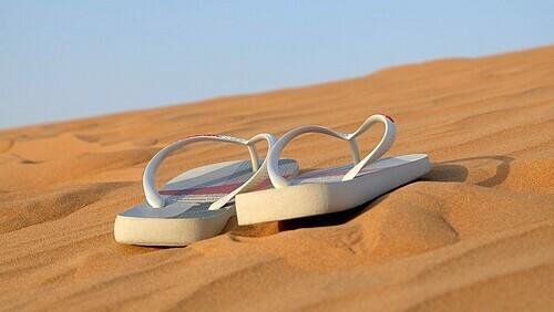 Dép xỏ ngón thích hợp cho những ngày dạo chơi trên bãi biển. Ảnh: Leovalente/Pixabay.