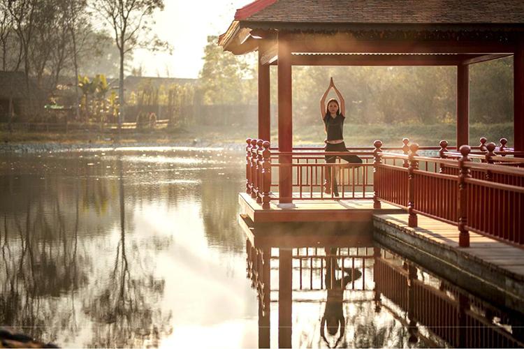 Tắm Onsenở Thừa ThiênHuếKhi đến Thừa Thiên Huế, du khách sẽ có cơ hội trải nghiệm các hoạt động cân bằng thể chất và tinh thần như đi bộ, đạp xe, thiền, trị liệu spa và ngâm mình trong suối khoáng nóng. Tất cả hoạt động này đều có trong gói nghỉ dưỡng, chăm sóc cơ thể Wellness Voyage, của Alba Wellness Valley By Fusion. Đây là nơi nổi tiếng với nguồn suối khoáng Thanh Tân và dịch vụ Onsen chuẩn Nhật tại Việt Nam. Chương trình có 3 gói cho khách lựa chọn là 3 - 5 - 7 ngày. Với gói 5 và 7, bạn còn có thể trải nghiệm một số hoạt động như khám phá thành phố Huế, thăm làng nghề thủ công, lớp học nấu ăn, tham quan chùa Công Thành.