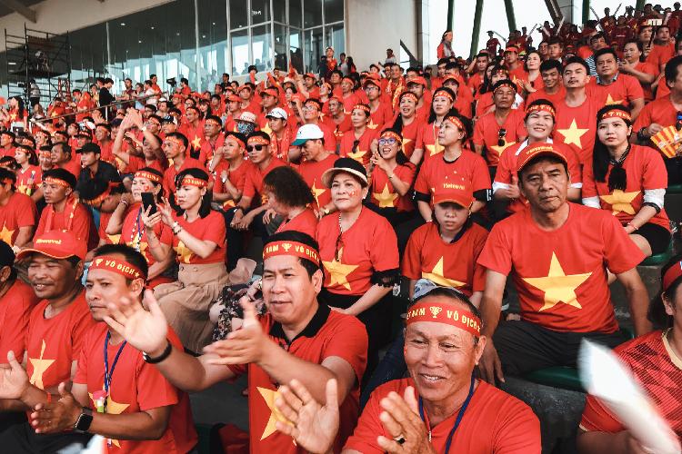 Các CĐV đi theo tour đến sân vận động ở Philippines cổ vũ U22 Việt Nam. Ảnh: Vietravel.