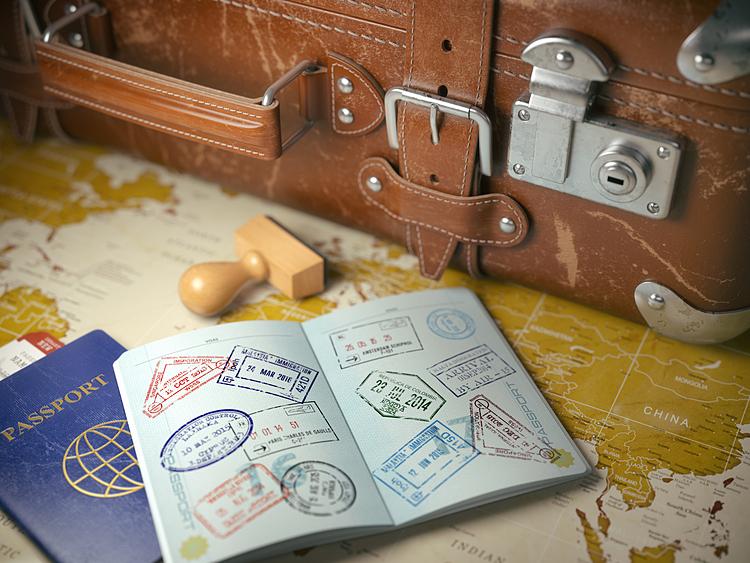 Du khách cần ghi chi tiết và chính xác nhất trong đơn đăng ký. Ảnh: Envato.