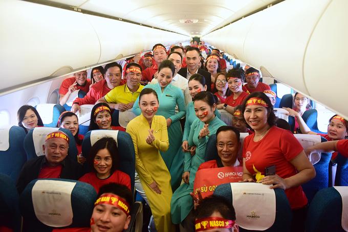CĐV khuấy động không khí trên chuyên cơ đến Philippines