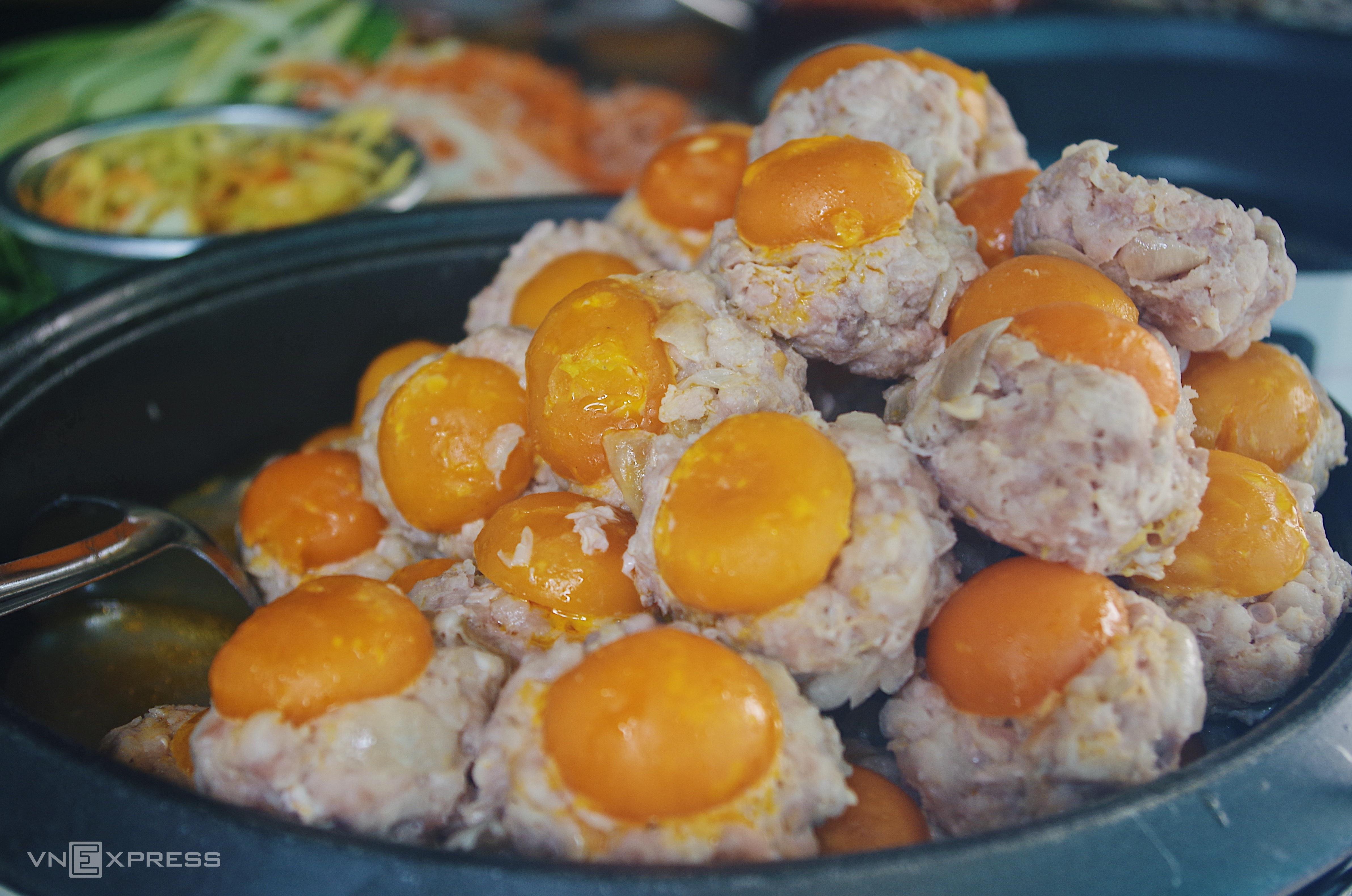 Ổ bánh mì ăn kèm xíu mại trứng muối - ảnh 2