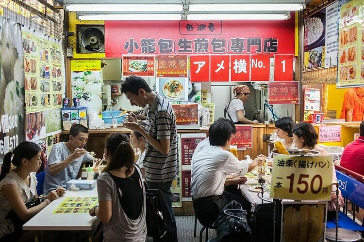Một nhà hàng Trung Quốc nổi tiếng trong khu chợ. Ảnh: Lucas Vallecillos/Alamy.