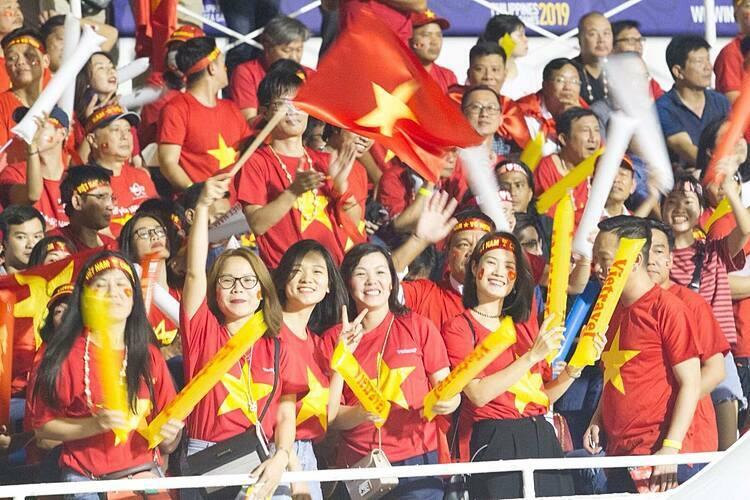 Không khí do CĐV Việt Nam tạo ra trên sân Rizal Memorial được đánh giá là không thua kém so với những trận tổ chức trong nước. Ảnh: Vietravel.