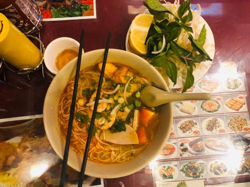 Một tôbún Việt anh Xuân Hòa ăn tại một cửa hàng gần khách sạn ở New York có giá gần 11 USD.