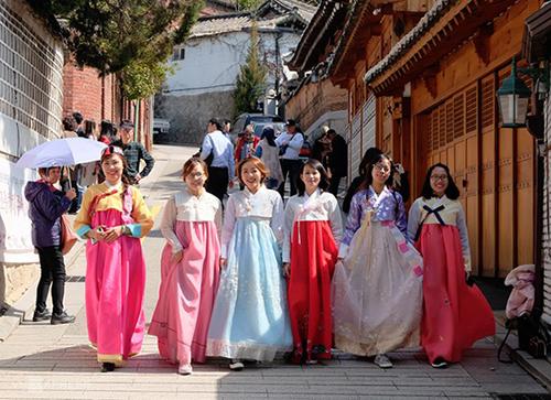 Du khách Việt tham quan làng cổ Bukchon Hanok tại Seoul. Ảnh: Phong Vinh.