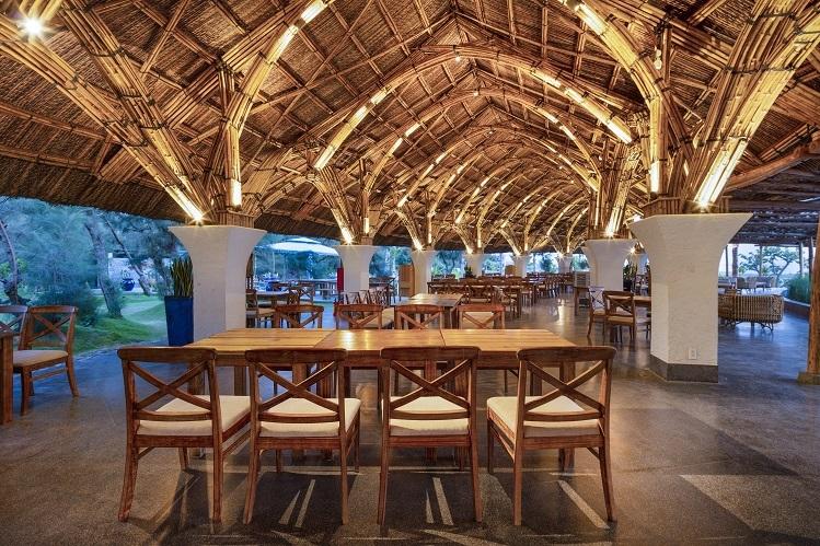 Đặc sản của công trình này nằm ở khối lượng tre khổng lồ - 25.000 cây tầm vông lợp lá dừa nước tạo nên tầng mái vừa mềm mại, vừa kiên cố cho nhà hàng. Ông Trần Duy Hưng - Tổng giám đốc Công ty Việt Beach, chủ đầu tư dự án Stelia Beach Resort cho biết toàn bộ lượng vật liệu thiên nhiên này được chuyển về từ miền Tây, Bình Dương và Khánh Hòa.