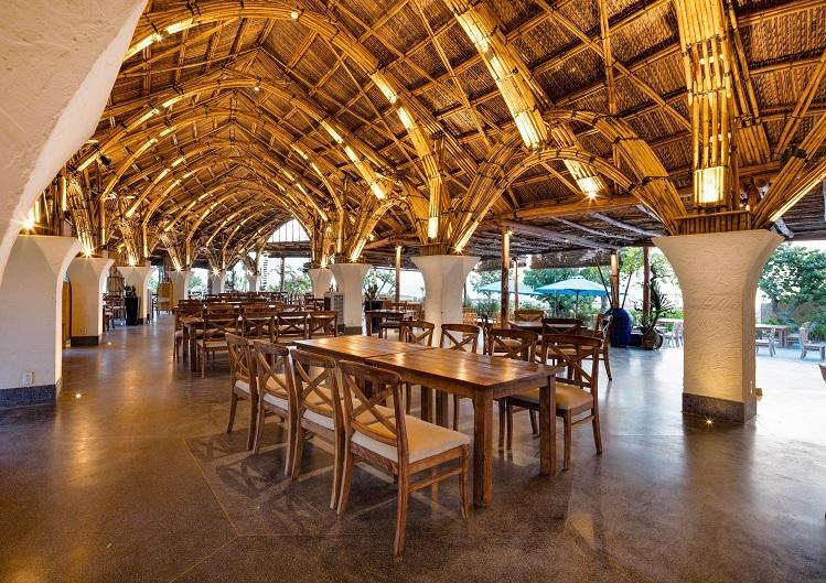 Nhà hàng có thiết kế nổi bật, độc, lạ với nội thất làm từ gỗ, mây, tre, gam màu chủ đạo là màu đất nung terra và màu xanh trời, biển, bài trí đơn giản, mộc mạc nhưng tinh tế, trang nhã và tính thẩm mỹ cao.