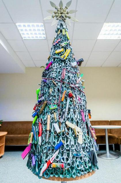 Cây thông Noel được làm từ các vật phẩm mà hành khách bị sân bay tịch thu. Ảnh: Lithuanian Airport.