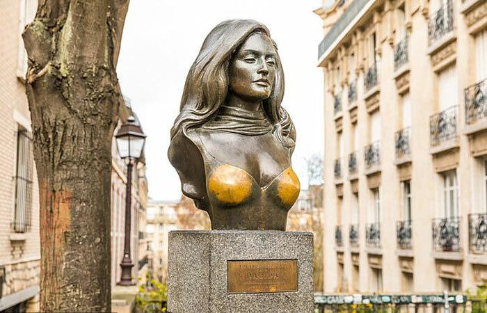Năm 1987, Dalida qua đời và bức tượng được dựng lên vào ngày kỷ niệm 10 năm ngày mất của cô. Ảnh: ShutterStock.