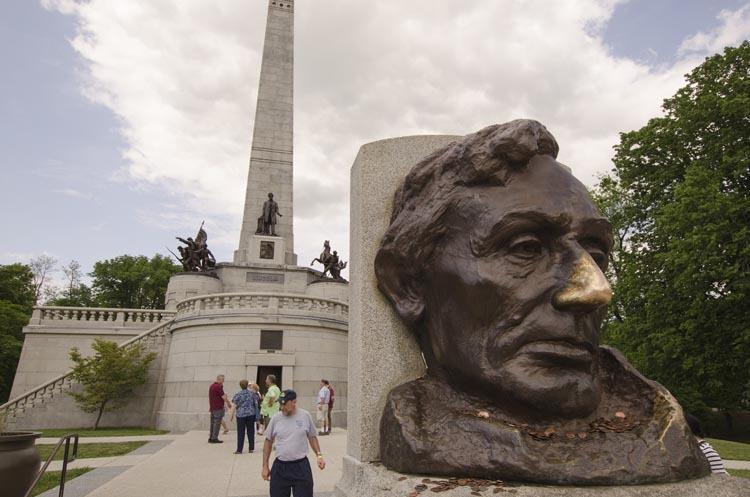 Tượng của Abraham Lincoln có phần mũi nổi bật do hàng nghìn du khách ghé thăm và chạm vào. Ảnh: Guide4chester.